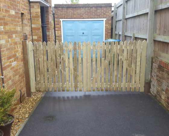 Pointed picket driveway gates